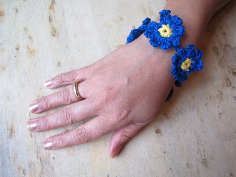 blue and yellow daisy crochet bracelet